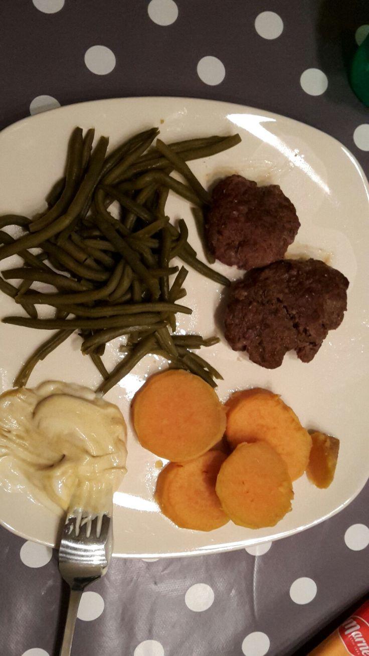 Diner: zelfgemaakte hamburger, bataat en haricovert