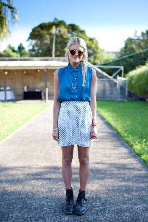 skjorte og nederdel: Polka Dot Skirts, Fashion, Polka Dots Skirts, Peter Pan Collars, Dr. Martens, Street Styles, Summertime Outfits, Blue Blouse, Combat Boots