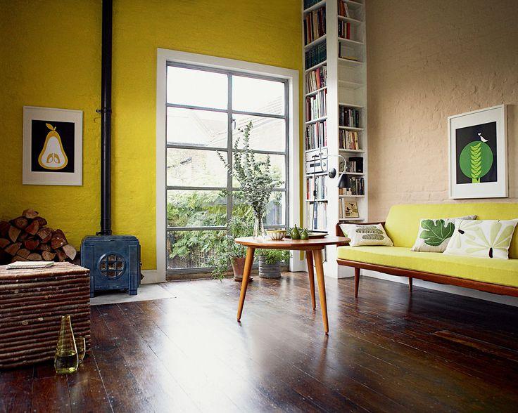 Réveillez les tons neutres avec des touches de couleur vive. Le mur jaune acidulé dynamise les teintes terreuses et les textures rustiques de ce salon auqel les meubles rétros donnent un aspect bohême.