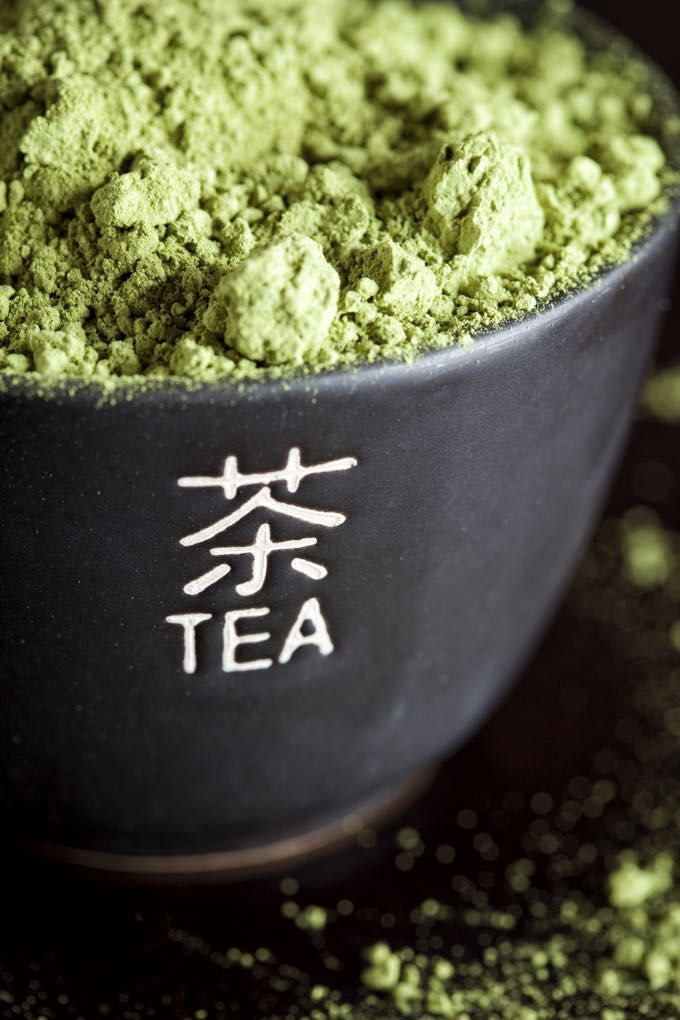 The (surprising!) Beauty Benefits of Green Tea. Matcha isn't just good for your insides. Tone and cleanse your skin with matcha for brighter, glowing skin! #matcha #wellness #health