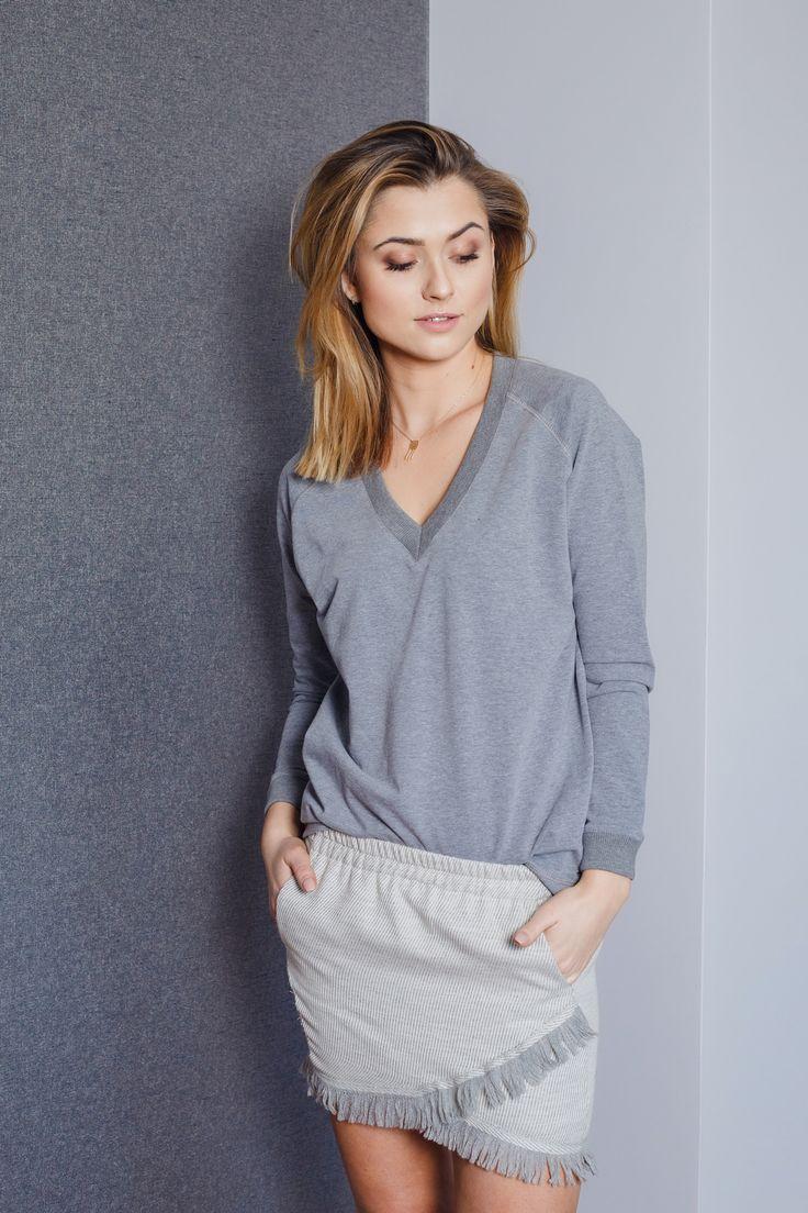 Oversizowa Bluza typu V-neck w kolorze ciemnego popielu to must have w każdej szafie.