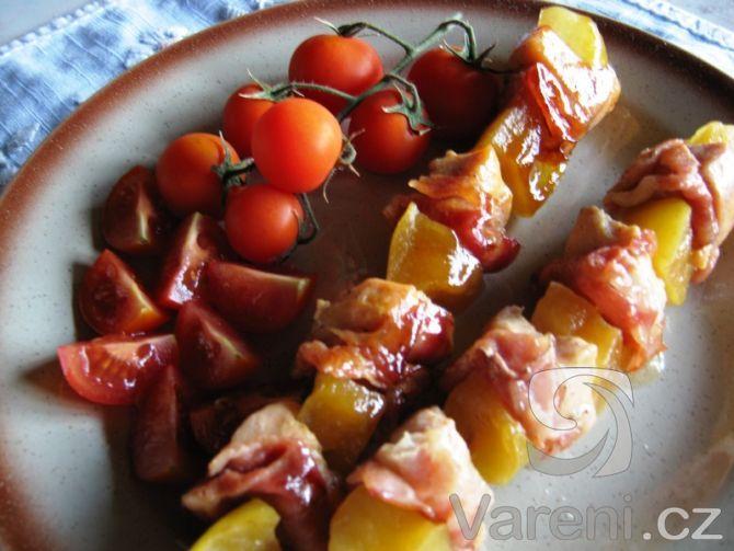 Kuřecí prsa, slanina a jablka - všechno pěkně na jehle.