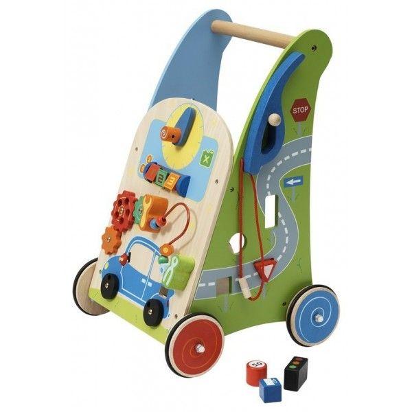 Deze Primi Passi Activity Walker Garage (PP1048) zal uw kind helpen bij het zetten van de eerste stapjes en stimuleren de speelactiviteiten de ontwikkeling van het handoogcoordinatie. Deze stoere Activity Walker Garage zit vol met leuke fleurige speelactiviteiten, zoals draaien, schuiven en sorteren. Verder is de auto op de Activity Walker Garage te tanken en heeft de auto een toeter. Leeftijd 12 mnd+.