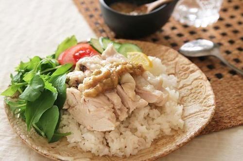 今回は、蒸し鶏を使った「カオマンガイ」という少し聞き慣れない料理にチャレンジしてみよう。「カオマンガイ」はタイやマレーシア、シンガポールで一般的に食べられている料理で、旨味が凝縮されたチキンライスのこと。本来はじっくりゆであげて作るカオマンガイだが、今回は、炊飯器でサッと作れるレシピを公開する。お米も一緒に炊けるため、お手軽であることはこのうえなしだ!