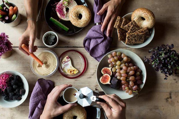 Frische Bagels mit Radieschensprossen. Diese Bagels sind super einfach und sehr lecker zum Frühstück! Mehr Rezepte und dieses Rezeptaufwww.nutsandblueberries.de/5-ideen-mit-hummus.Dieser Beitrag enthält Werbung!