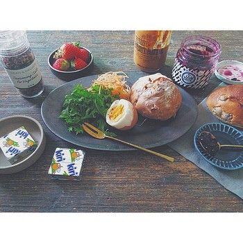 オーバルのお皿に盛りつけられたパンが何とも美味しそう。添えられているジャムを乗せているお皿も「ONE KILN CERAMICS」の製品です。