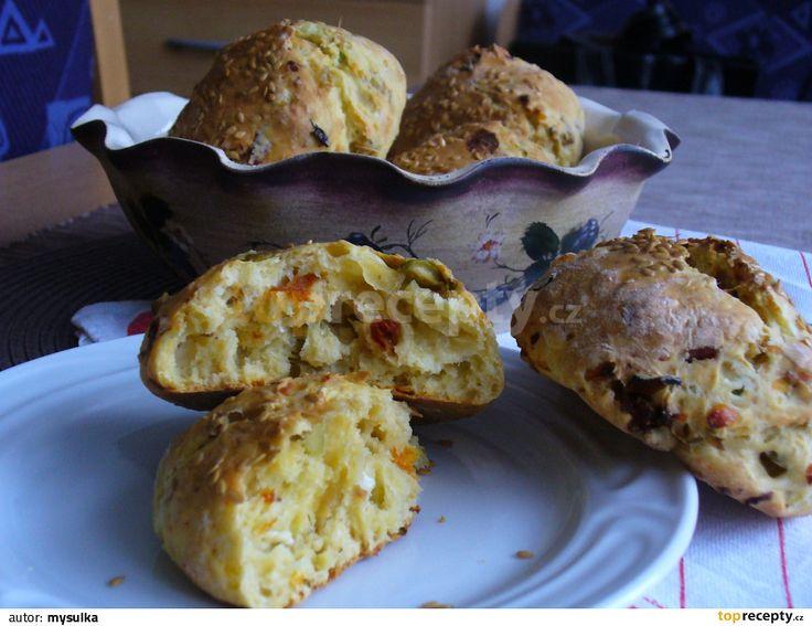 V malé misce smícháme sýr s vejcem. Do velké mísy vsypeme mouku, smícháme se solí, pepřem a práškem do pečiva. Přidáme vejce se sýrem a...
