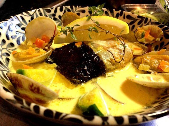 ヒラメちゃんの引いた皮の上身の黒い皮と下の白い皮を巻いてグリルにしたものを美味しいスープ!白黒で磯辺焼き仕立て( ̄▽ ̄) - 49件のもぐもぐ - 寒平目と浅利のサフランクリームのズッパ by pesce0414