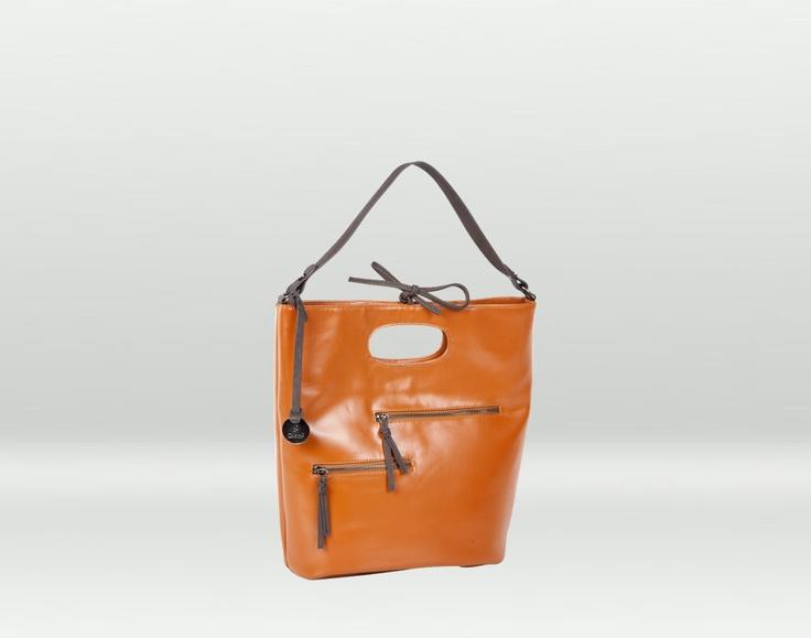 Una borsa che si fa notare e che rallegra le buie serate invernali! Disponibile in terracotta, nero, marrone, bordeaux e verde.