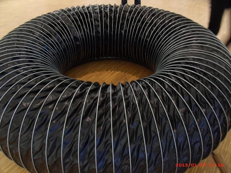 Bertrand Lamarche (1966- ).  Lobby ( hyper-tore) 2010  Couronne tubulaire en vinyle noir (diam. 60 cm), moteur, engrenage.