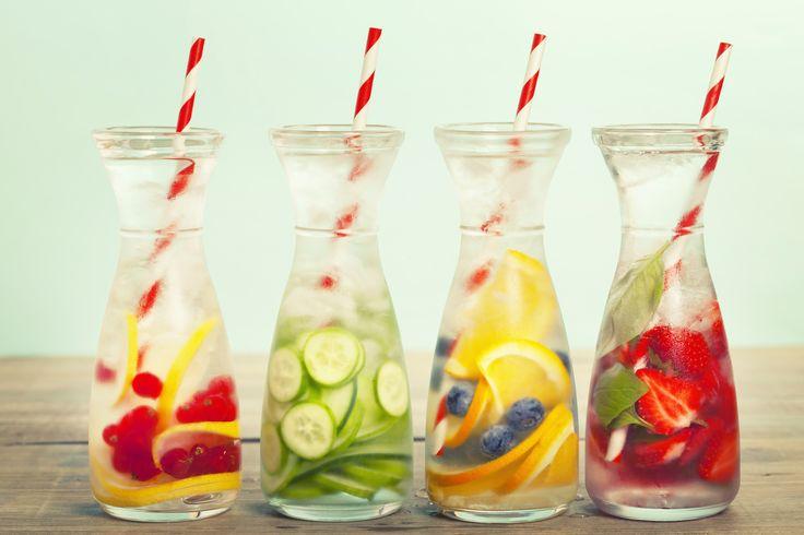 Frutta, spezie, erbe e verdure, per condire l'acqua e renderla una bevanda detox che stimola l'organismo e la perdita dei chili di troppo