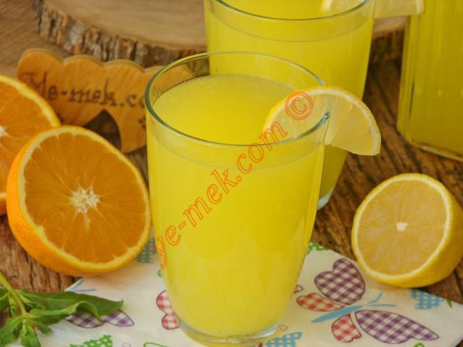Dondurulmuş 1 portakal ve 1 limondan yapacağınız oldukça pratik, lezzetli üstelik çok bereketli ve sap sarı bir limonata tarifi... (Yaptım acı oldu diyenler, bir sonraki sefer limonun çekirdeklerini ayıklamayı deneyin.)