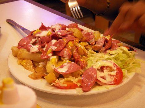 Salchipapas: 'Salchipapas' is niet alleen in Peru populair, in heel Latijns-Amerika tref je deze snack aan als streetfood. Op de frietjes liggen plakjes worst met ketchup, mayonaise, mosterd en een salsasaus.