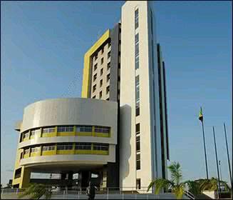 Universida del Zulia, una de las mas grandes del pais que ofrece educacion publica de alta calidad en Maracaibo, con Escuelas de Medicina, Ingenieria, Derecho, Economia, Educacion, Contaduria, Veterinaria,