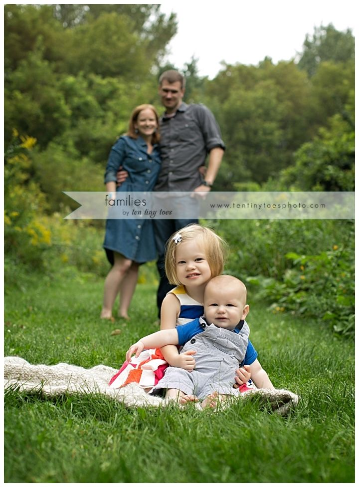 Best 25 outdoor family portraits ideas on pinterest for Fall family picture ideas outside