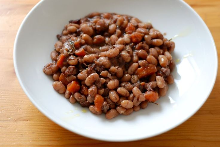 Braised beans with red wine and bacon