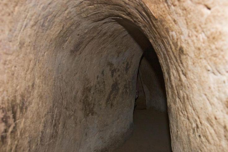 Cu Chi Tünelleri, 1945-1970 arasında toplam 17.000 kişinin gerilla savasi içinyeraltina inmesi için inşa edilen, oldukça kapsamli bir mühendislik harikası. İçlerinde mutfaktan banyoya her sey mecvut. Tüneller minyon yapiılı Vietnamlılara özel dizayn edildiği için, içine girdiğinizde ilerlemeyi bir çeşit oyuna dönüştürmek zorunda kalıyorsunuz ve inanın; bu oyun çok eğlenceli!