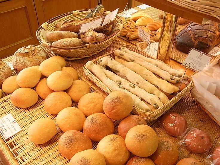 このパン(カマンベールチーズとハードトースト)、私の母と沖田のおばちゃんが一緒に三宮(そごう神戸店で買い物)へ出かけると、帰りに ビゴコウベでよく買ってきた。ビゴの店 http://www.bigot.co.jp/ 神戸お勧めグルメ情報 http://kobe.ex-info.net/2010/12/bigot.html