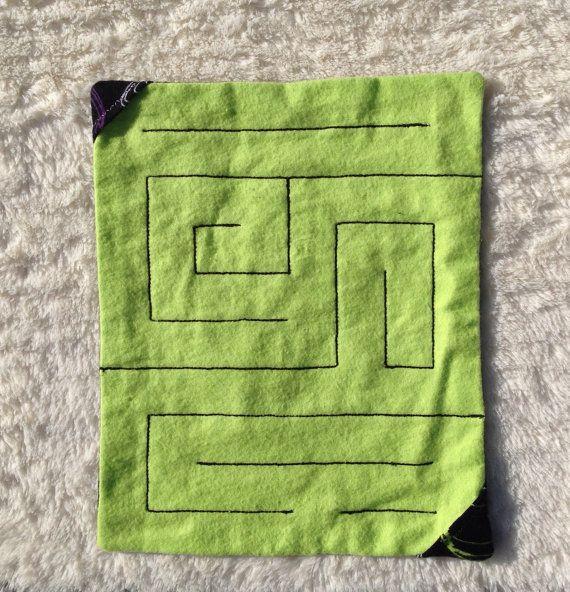 Marmeren doolhoven zijn grote zintuiglijke spellen die leuk voor kinderen en volwassenen zijn! Een marmer is genaaid tussen twee lagen van zachte Flanel weefsel, en een pad gestikt (verdrievoudigd gestikte voor sterkte en duurzaamheid) in een doolhof patroon. Het doel van het spel is te duwen het marmer via de doolhof-pad, van de ene patroon hoek naar de andere, en vice versa.  Deze aanbieding is voor een niveau 4 moeite marmeren doolhof. Gelieve te zien mijn winkel voor de verschillende…