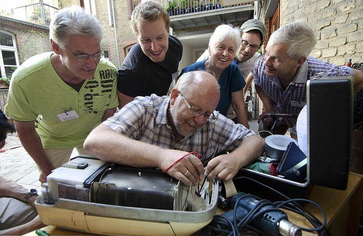 Voluntarios arreglan productos para protestar contra la obsolescencia programada