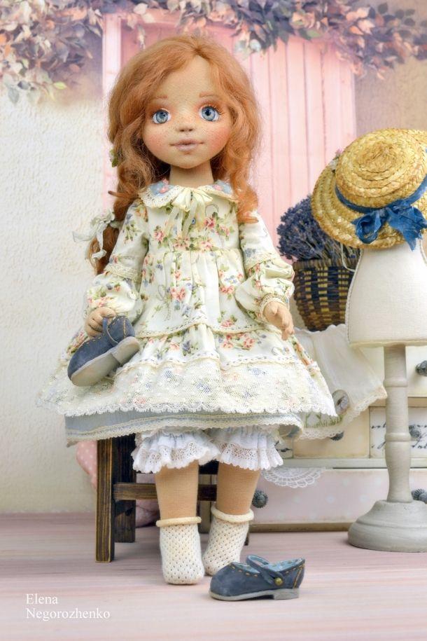 Здравствуйте, уважаемые посетители моего магазинчика! Сегодня я начинаю вести дневник, в котором главными героями будут мои девочки, мои любимые куклы. Думаю, что многим интересны подробности их нарядов. Этим я и буду делиться с вами, показывая, как и во что одеваются мои малышки. Всю одежду и обувь я шью таким образом, чтобы она снималась. В первую очередь я делаю так, потому что мне самой очень нравится шить то, что можно снять и надеть.