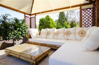 Slap af i skyggen på en solrig dag på Costa Blanca. Besøg livlige Benidorm, som er blandt verdens mest populær byer! #Benidorm #Alicante #feriebolig #luksusvilla