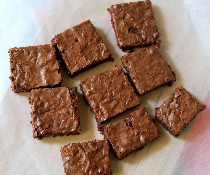 Ποιός δεν αγαπάει τα brownies; Όλοι τα λατρεύουν σε όλες τους τις εκδοχές. Υπάρχουν μαστιχωτά, αφράτα ή ζουμερά ,με πολύ σοκολάτα, με ξηρούς καρπούς, με αλκοόλ ή καφέ και είναι όλα λαχταριστά ! Τα βασικά υλικά είναι πάντα ίδια, αλεύρι, σοκολάτα,βούτυρο και αυγά.  Ανάλογα όμως με την ποσότητα των παραπάνω υλικών μπορείς να φτιάξεις …
