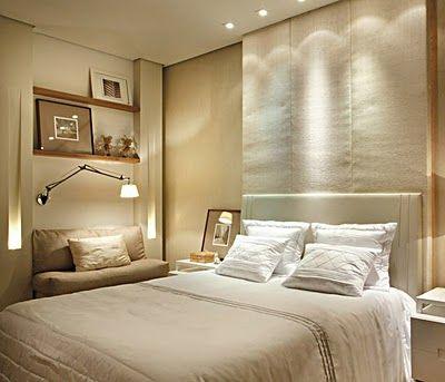 Iluminação no gesso, arandela articulada sobre o sofá. Cortineiro caixa para esconder a fixação da cortina. Dicróicas de leds