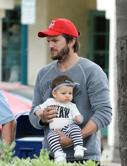 Que fofura! Ashton Kutcher passeia com a filha, Wyatt Isabelle
