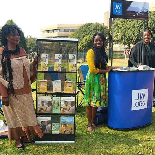 Pioneers enjoying using the new stands in Centurion.Over the last few years thousands of Shona speaking people from Zimbabwe have immigrated to South Africa. JW.org