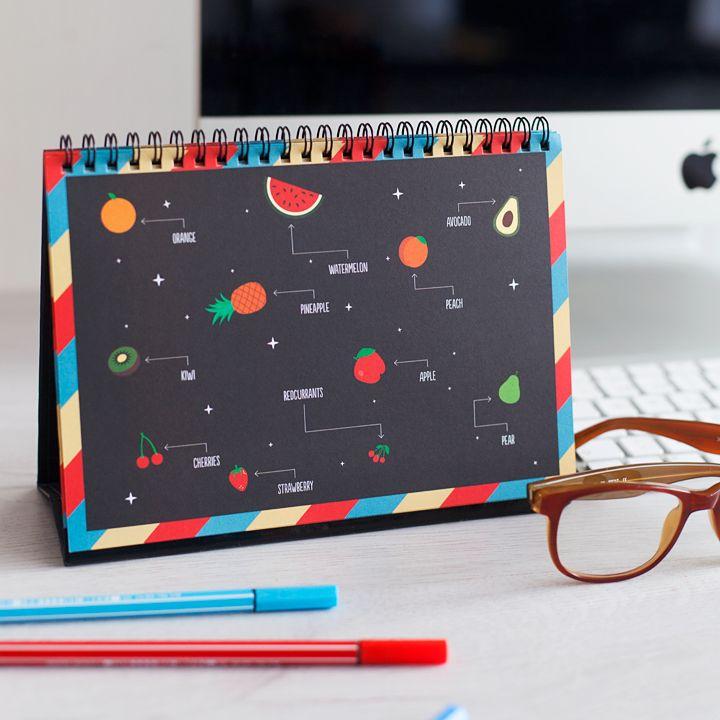 Con el nuevo almanaque de mesa verás las estrellas a lo #Superbritánico.  También verás fruta volando en la galaxia con la que aprenderás vocabulario en inglés.