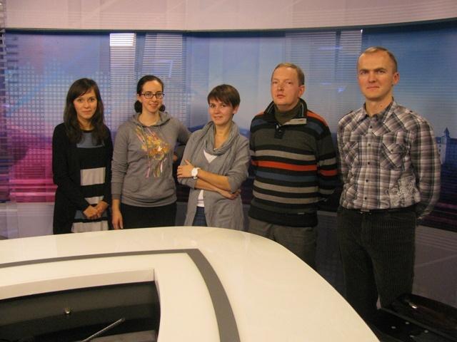 Projekt uskutočňujeme v spolupráci s bieloruskými nezávislými médiami a novinármi, ktorí už prostredníctvom školení získali vedomosti vo využívaní mobilných technológií a multimédií.    Osem z týchto novinárov sa po absolvovaní školení zúčastnilo študijnej cesty na Slovensku, počas ktorej zdieľali skúsenosti so slovenskými novinármi pracujúcimi pre televíziu, internetové spravodajské portály alebo špecializujúcimi sa na online vydania printových médií a videožurnalistiku.