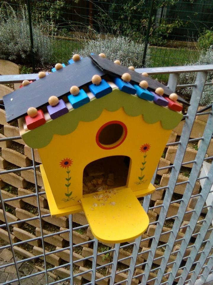 da vecchio gioco di legno a casetta per gli uccellini