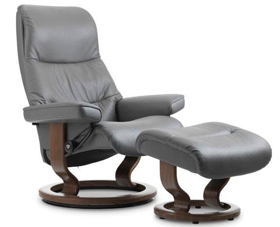 """Fauteuil inclinable Stressless View en cuir gris avec pied circulaire en bois """"Classic"""", de taille S (small)."""