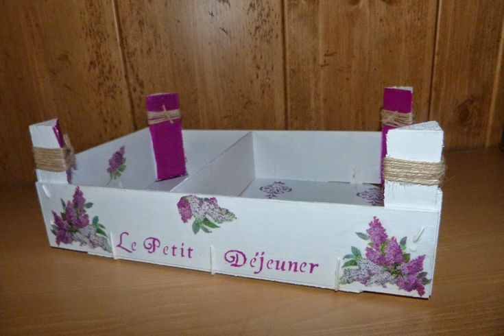 Caja de Fresas reciclada como bandeja de desayuno, decorada con decoupage y estarcido