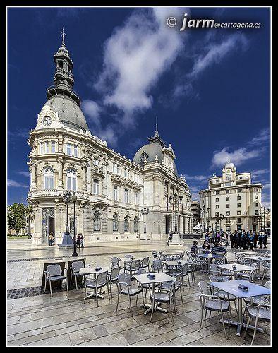 Plaza del Ayuntamiento. Cartagena. Se aprecian el Palacio Consistorial (1907) y el edificio de Canales del Taibilla (1949)