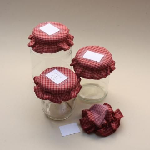 Como hacer tapas para frascos de vidrio en tela - Frascos de vidrio decorados ...