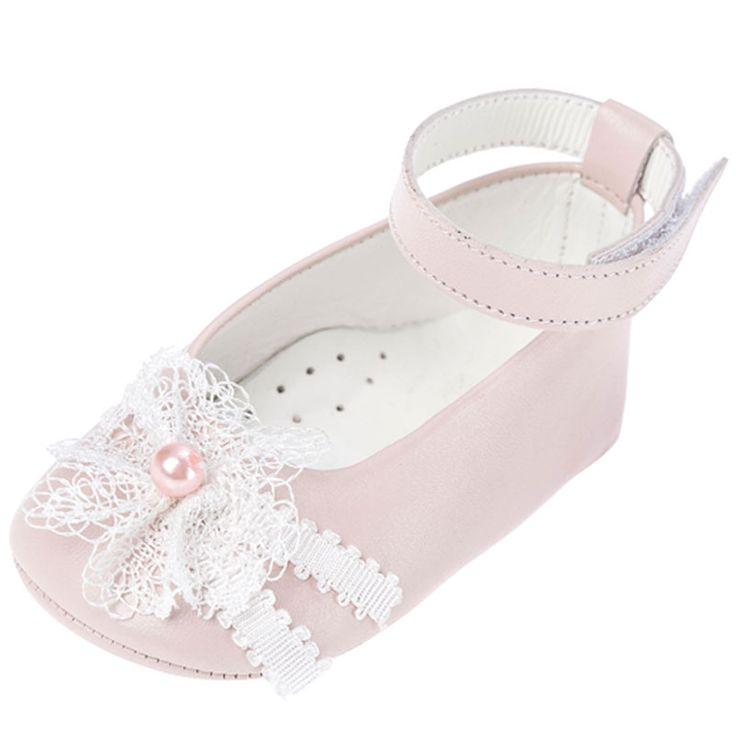 To Μπαλαρινάκι πέρλα για κοριτσάκι είναι ένα δερμάτινο αγκαλίτσας ροζ παπουτσάκι στολισμένο με δαντελίτσα και πέρλες. Έχει χρατσ κλείσιμο στον αστράγαλο για περισσότερη σταθερότητα.  Ιδανικό για το καλό ντύσιμο του κοριτσιού ή για τη βάπτιση του. Από τη νέα συλλογή με βαπτιστικά παπουτσάκια για κορίτσι της Everkids