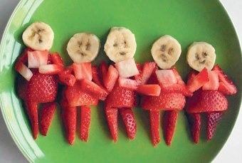 Fragole e banane pronte a ballare un simpatico cancan :-D #allforkids #frutta #snack