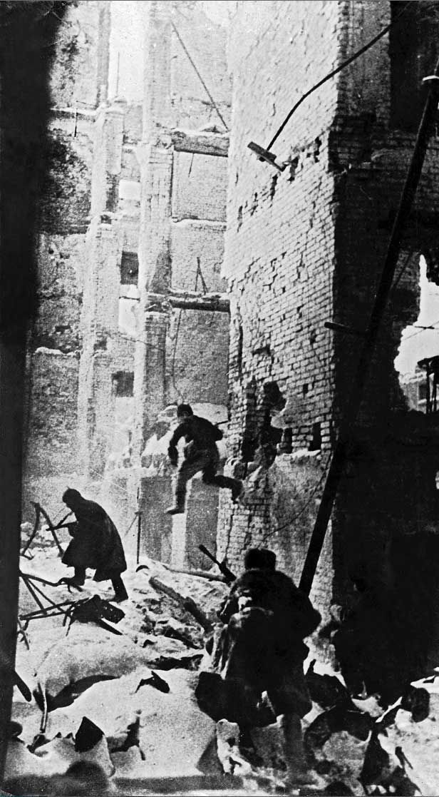 Soviet troops continued to maintain their pressure on the besieged Germans within Stalingrad, forcing them onto the defensive. Russia December 1942.