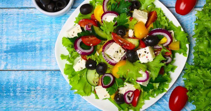 Fromage feta et olive noire, tomate et oignon rouge ! Découvrez la recette maintenant