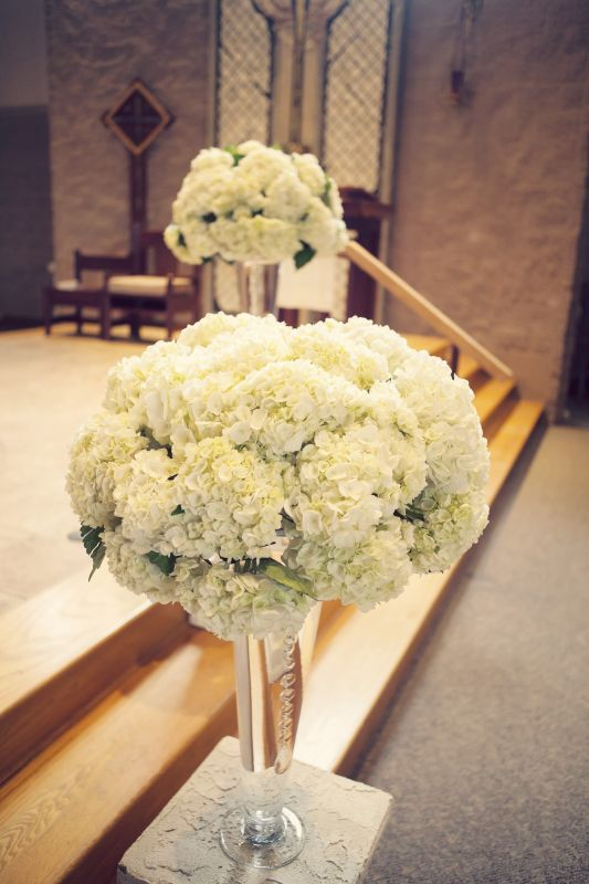 Hydrangea arrangement--doesn't have to be hydrangea but I love the fullness & height - would consider this only for sweethart table