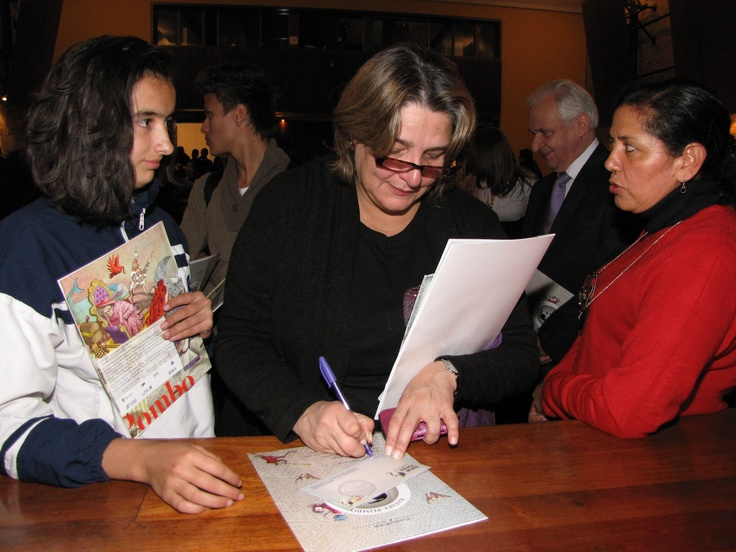 Ministra de Cultura firma sobres de futuros escritores.  Crédito Miltón Ramírez @FOTOMILTON/ MinCultura 2012