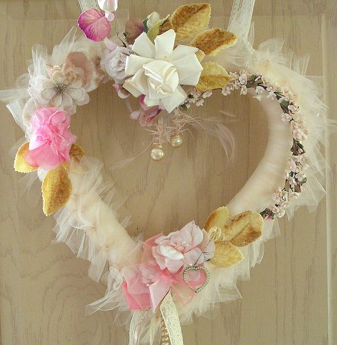 A tulle heart wreath by Andrea Singaretta, what a great gift for Mother Day. ;D