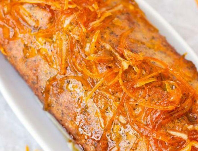 Συστατικά Για τη βάση 5 πορτοκάλια 1 πακέτο φύλλο κρούστας (450 γρ.) 250 γρ. σπορέλαιο 250 γρ. ζάχαρη κρυσταλλική 250 γρ. γάλα με τουλάχιστον 3,5% λιπαρά 2 βανίλιες 3 αυγά 1 κ.γ. γεμάτο μπέικιν 1 κ.γ. γεμάτο σόδα μαγειρική Για το σιρόπι 700 γρ. ζάχαρη κρυσταλλική 500 γρ. νερό Για το σερβίρισμα παγωτό σοκολάτας Μέθοδος