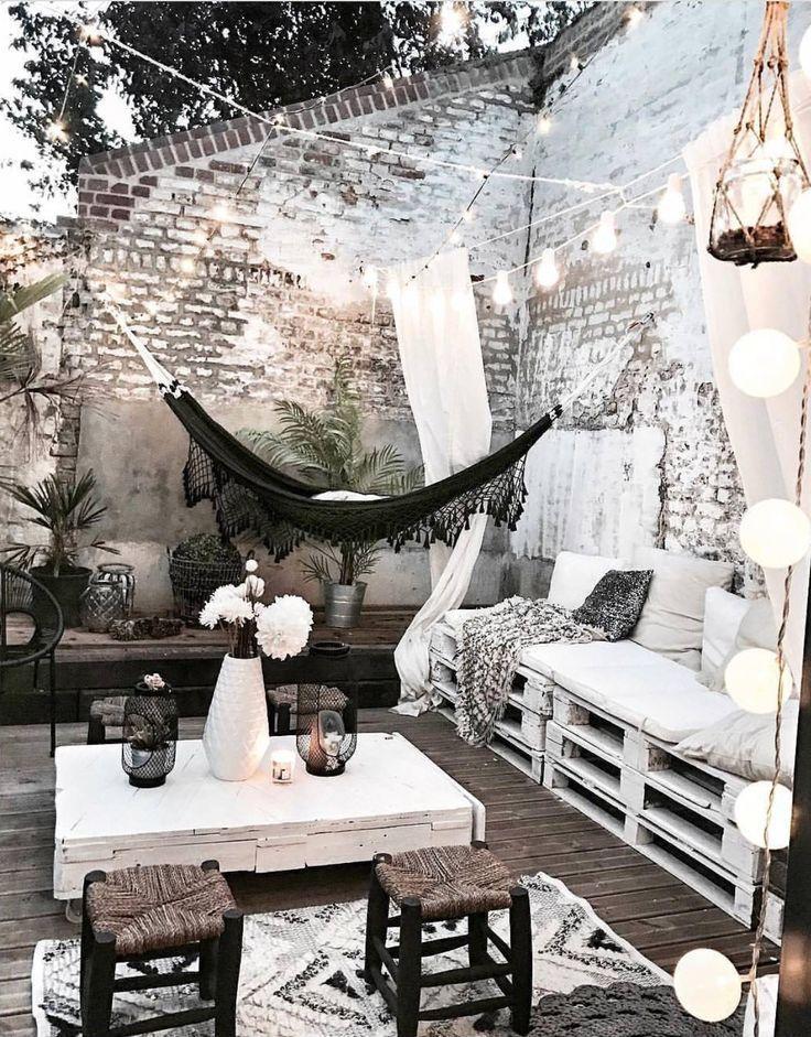 Ein kuscheliger Sommerbalkon weiß und schwarz, ru…