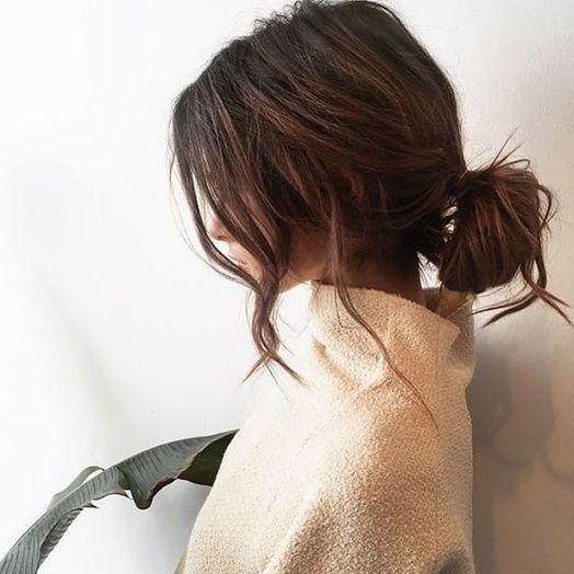 Le chignon bas coiffé-décoiffé avec des mèches rebelles
