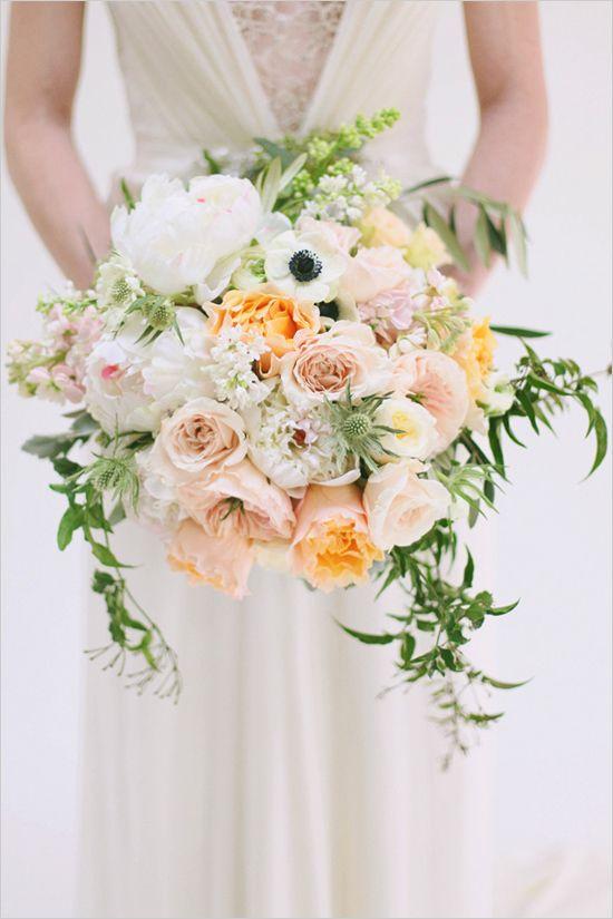 peach and white bridal bouquet by Utah Events by Design // magnifique, mais juste trop gros (donc trop lourd) en bouquet de mariée