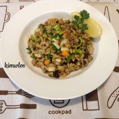"""Σαλάτα """"φύρδην μίγδην"""". Με καστανό ρύζι και όσπρια #cookpadgreece #salatameospria"""