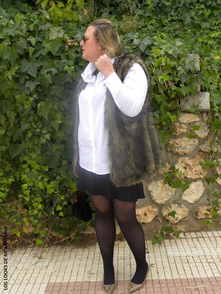 Casual Look. Look con camisa blanca y mini falda neopreno. LOS LOOKS DE MI ARMARIO.  #loslooksdemiarmario #winter #outfitcurvy #invierno #look #lookcasual #lookschic #tallagrande #curvy #plussize #curve #fashion #blogger #madrid #bloggercurvy #personalshopper #curvygirl #primark #lookinvierno #lady #chic #negroyblanco #looklady #camisablanca #chaleco #minifalda #look #falda #lookfalda